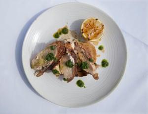 Pollo de granja Loughton al horno de leña relleno con ricotta, tostadas de masa madre. Restaurante Flora en Joy, Ladbroke Grove, Londres.
