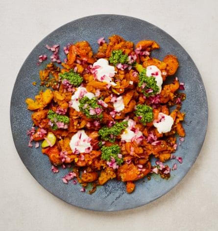 Puré de zanahorias de Yotam Ottolenghi con pesto de cilantro y pistacho y cebollas encurtidas.