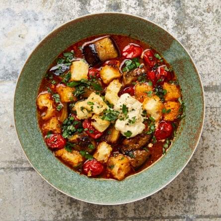 Sopa de tomate asado y berenjena de Yotam Ottolenghi con alioli de anchoas.