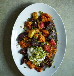 Verduras de raíz asadas de Nik Sharma con gremolata de pistacho y yogur.