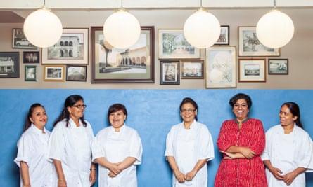 Asma Khan (en rojo) y su equipo en el restaurante Darjeeling Express en 2017.