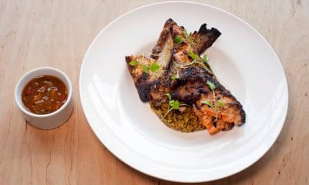 """""""Mucha buena carne"""": collares de pescado tandoori."""