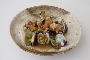 Almejas cocinadas con guanciale, guisantes frescos y fino, en el restaurante Flora de Londres.