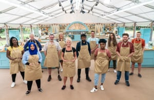 De izquierda a derecha: Hermine, Sura, Rowan, Marc, Laura, Linda, Mak, Dave, Loriea, Lottie, Mark y Peter, candidatos a The Great British Bake Off.