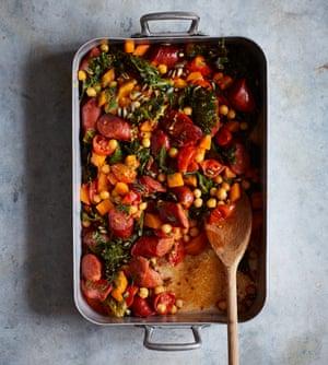 Salchicha asada de Nik Sharma, garbanzos y verduras de otoño.