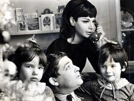 Nigella Lawson con su padre, Nigel, su madre, Vanessa y su hermana, Thomasina, en casa en 1965.