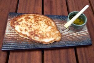 Pan plano de taka mochi con mantequilla de ajo y nori.