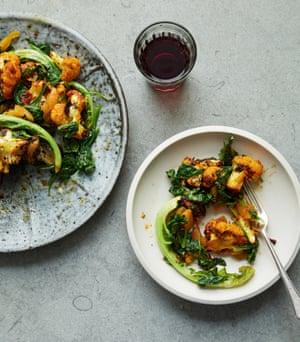 Coliflor asada de Nigella Lawson con harissa de albaricoque y espinacas.