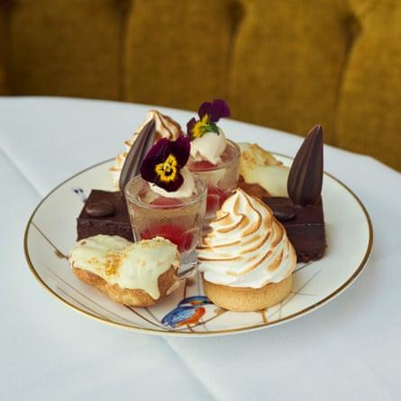 Grand Hotel, Brighton. Eclair de praliné de chocolate blanco y avellana, tarta de merengue de limón, delicia de chocolate y café, gelatina y crema de flor de saúco.