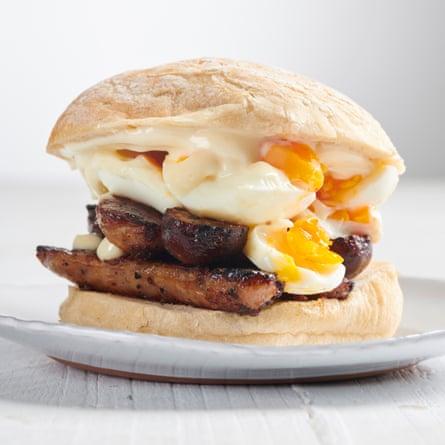 Sandwich de salchicha y huevo de Max Halley.