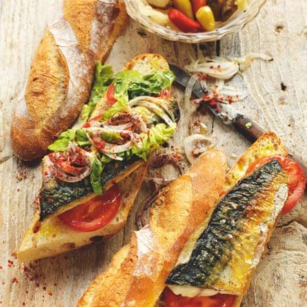Balık ekmek de Rick Stein: caballa a la parrilla en una baguette con tomate, lechuga, cebolla, chile y zumaque.