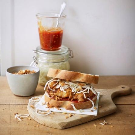 Pollo con suero de leche, mermelada de gorro escocés, repollo en escabeche y chalotas crujientes de James Cochran.