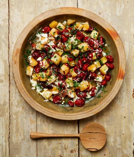 Colirrábano asado con mantequilla de Yotam Ottolenghi con mucho ajo y tomates.