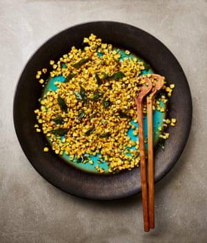 Ensalada de maíz de Yotam Ottolenghi con coco y hojas de curry.