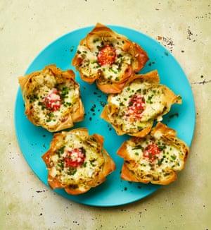 Huevos de Yotam Ottolenghi en nidos de filo con puerros de queso y za'atar.