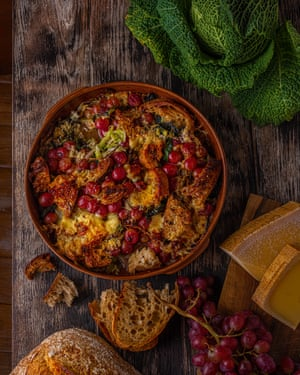 """""""Para cenar frente al fuego"""": panada con pasas y gruyère."""