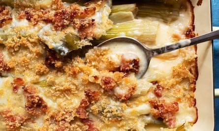 Crumble cremoso: apio al horno, tocino y parmesano.