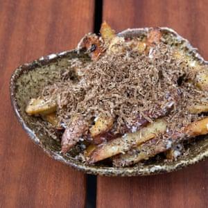 Un tazón de patatas fritas con trufa en Taka, Marylebone, Londres.