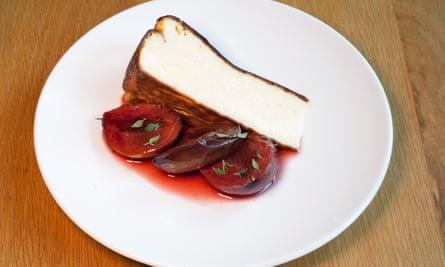 """Asado con tomillo"": tarta de queso con ciruelas."