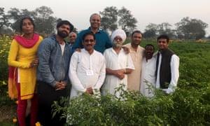 Dr. Prabhakar Rao (en una cancha azul), en su granja en Bangalore.