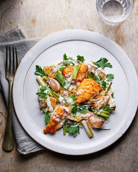 Pollo cocinado en una fuente de Claire Thomson
