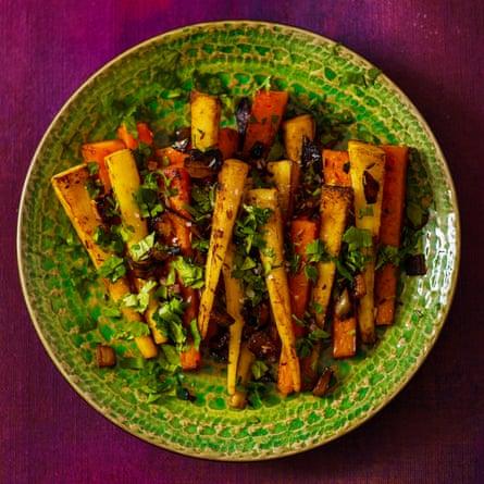 Chirivías y zanahorias asadas en mantequilla de comino por David Tanis