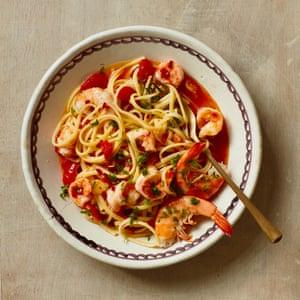 Espaguetis de Rachel Roddy con camarones y tomates