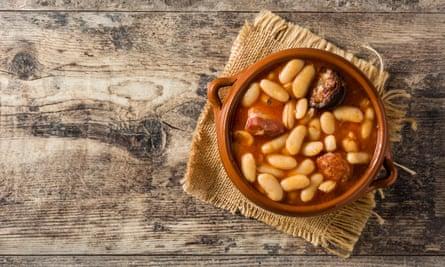 Fabada asturiana típica española sobre mesa de madera