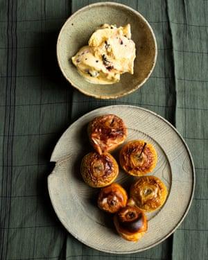 """""""Utilice manzanas de mesa para el contraste con la nitidez del helado"""": manzanas al horno, helado de mora y manzana."""