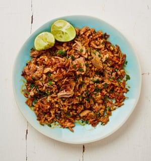 Atún picante y arroz frito con hierbas de Yotam Ottolenghi.