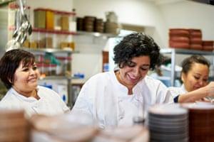 Asma Khan en la cocina del Expreso Darjeeling.