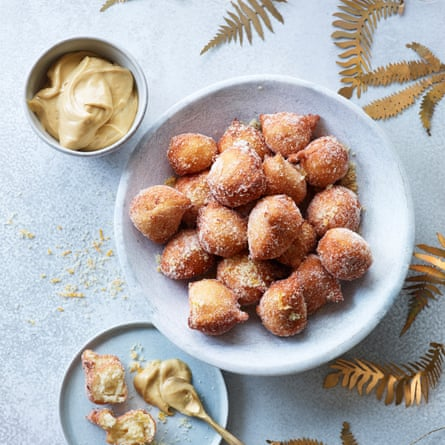Donuts de ricotta con crema de jengibre.
