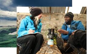 Phoebe Smith y Dwayne Fields cocinan en una estufa de camping