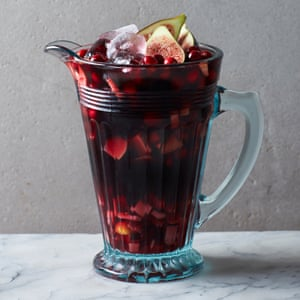 Una jarra de sangría de invierno con oporto y arándanos.