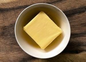 Disparo a la cabeza de mantequilla en un recipiente