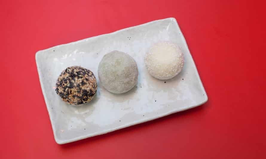 Final dulce: mezcla de mochi (de izquierda a derecha: sésamo, matcha, coco).