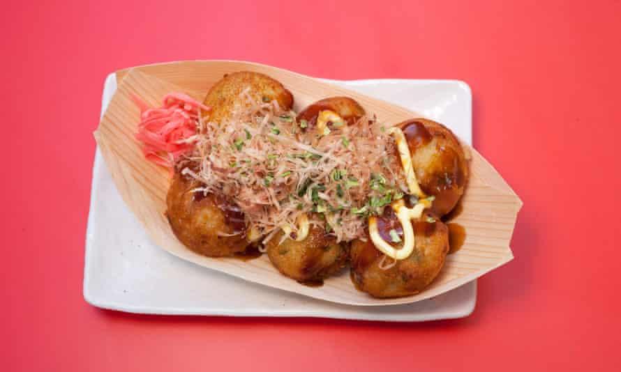 Plato estrella pequeña: takoyaki (croquetas de pulpo).