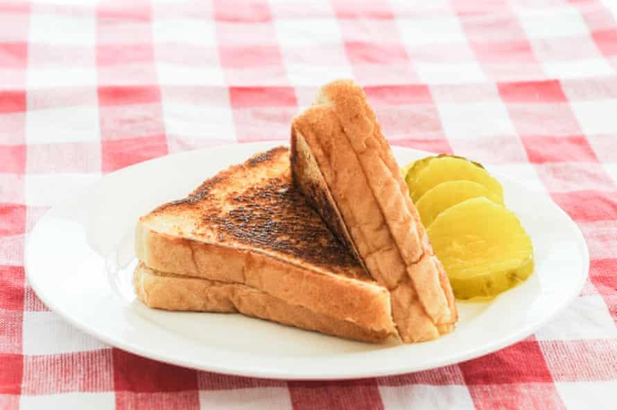 Un sándwich de queso a la plancha con pepinillos