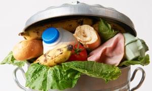 Comida en un bote de basura.