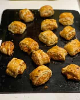Los rollos de salchicha vegetariana de Delia Smith están hechos con queso cheddar, condimentado con cebolla rallada, hierbas picadas, pan rallado suave y crema.