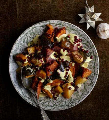 Signe Johansen Sunset Roast, que consiste en colinabo, calabaza y camote con yogur de limón y azafrán y semillas de granada.
