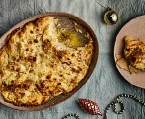 La tentación de Jansson con patatas, apio nabo y centeno crujiente.