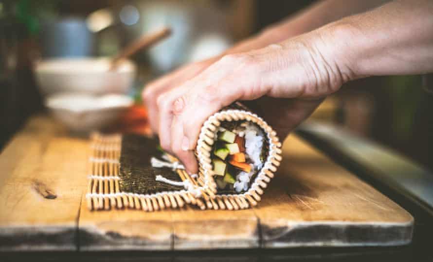 Rollo de sushi ... cortado en cubitos en construcción.