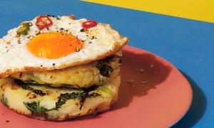 ¡Ta-da! Dar la vuelta a las tortitas de puré de patatas cubiertas con huevo frito.