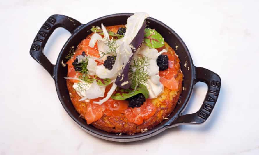 Rosti con salmón, crema agria y caviar