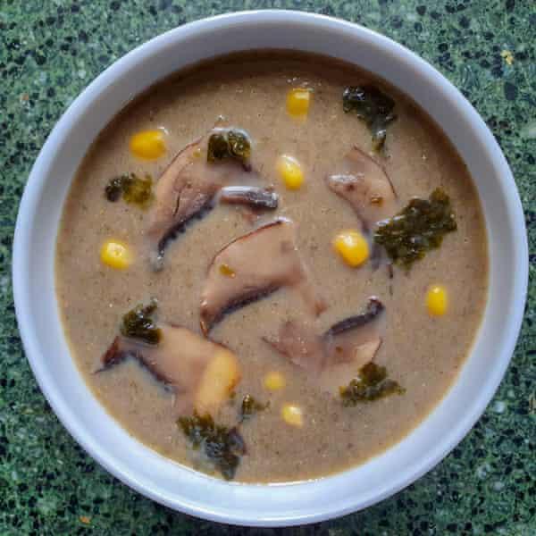 Sopa de hongos de Raj con algas a la plancha y miso.