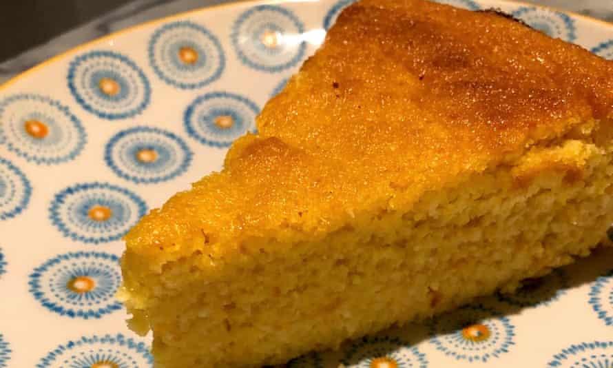 Una rebanada de pastel de almendras y naranja en un plato