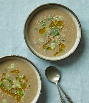 Sopa de ajo y frijoles de Nik Sharma con miso y champiñones