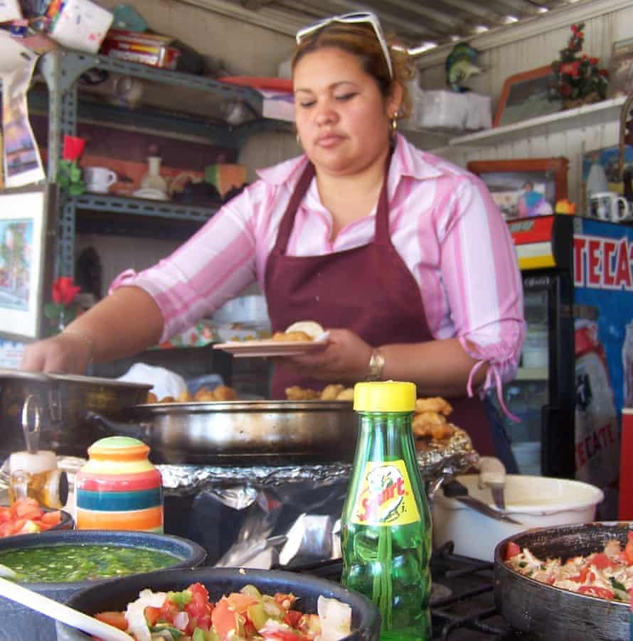 Tacos preparados en una taquería en Baja California
