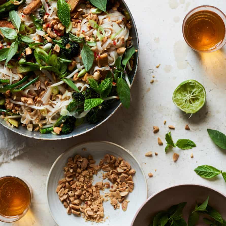 Pad thai de tofu crujiente y brócoli.